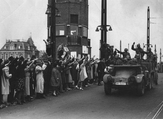 tropas alemãs recebem uma calorosa recepção dos nazistas holandeses quando entram em Amesterdão. 16 de maio de 1940 - Fatos Militares