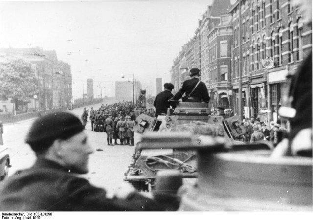 As tropas alemãs se preparam para entrar na cidade de Rotterdam depois da conquista. - Fatos Militares