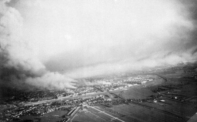 Foto aérea da cidade em chamas de Rotterdam. Os alemães bombardeiam Rotterdam para força a rendição dos Neerlandeses . - Fatos Militares