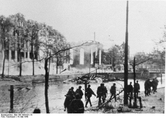 Tropas alemãs atravessam a cidade destruída. - Fatos Militares