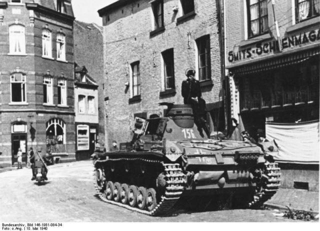 Um Panzer III alemão nas ruas de Maastricht. - Fatos Militares