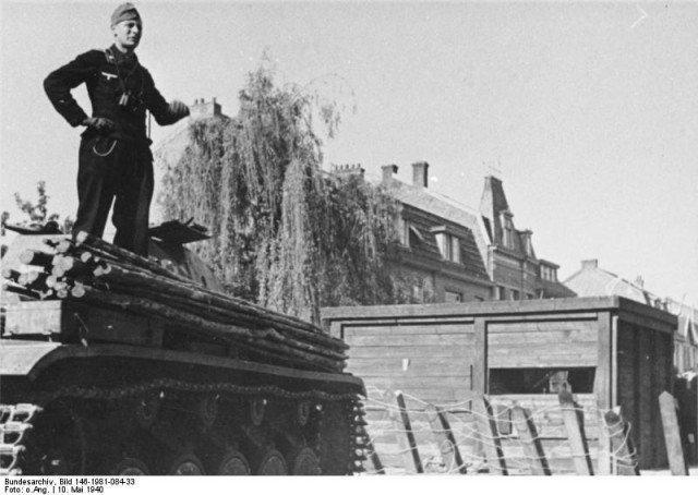 Um tanque alemão (Pzkfz III) na frente de um obstáculo anti-tanque. - Fatos Militares