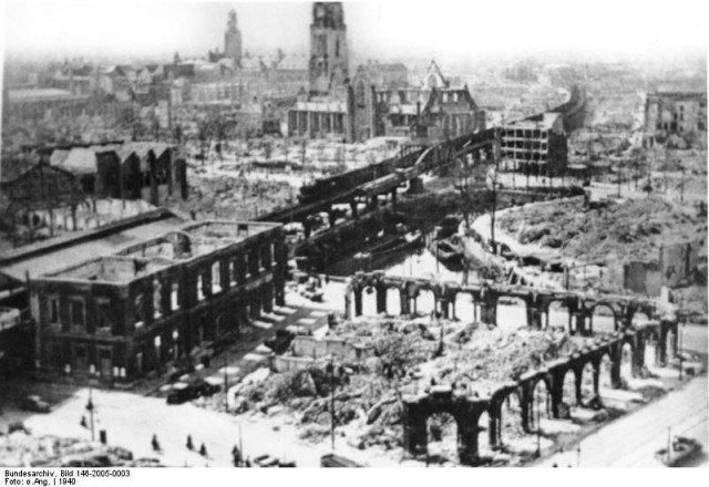 Uma vista da destruição do centro de Rotterdam. - Fatos Militares