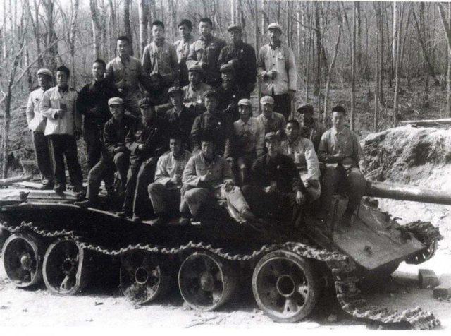 O Exército chinês capturando o tanque soviético T-62