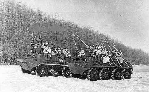 Soviéticos armados com varas para minimizar danos contra os chineses