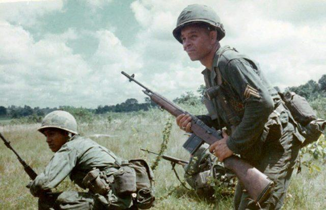 Soldado norte-americano com seu fuzil M-14