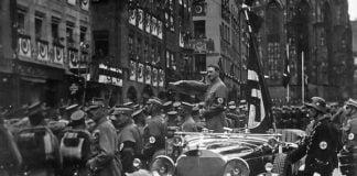 Adolf Hitler e a Bandeira nazista de Blutfahne