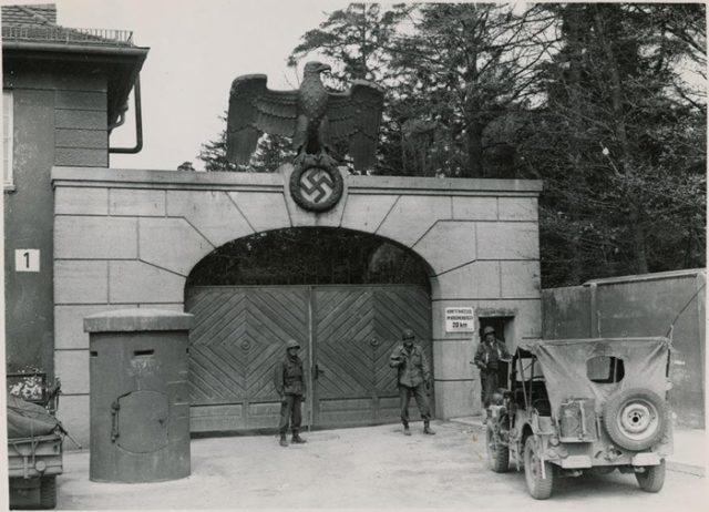 Aliados na entrada do Campo de concentração de Dachau, em 1945