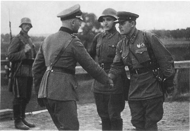 As tropas alemãs e soviéticas apertando as mãos após a invasão.