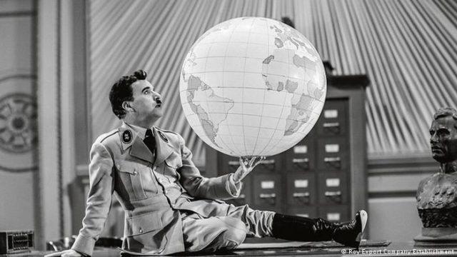 Charlie Chaplin segurando um Globo