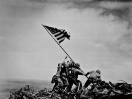 Levantamento da bandeira norte-americana depois da Batalha de Iwo Jima