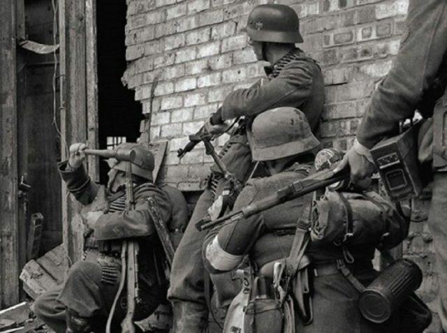 Soldados alemães em combate nas ruas de Stalingrado