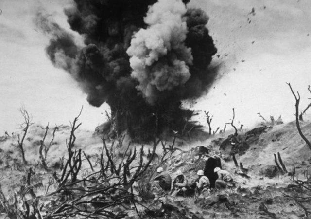 Bloqueios japoneses sendo destruido pelos fuzileiros em Iwo Jima