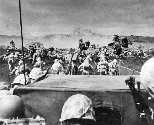 Fuzileiros Navais desembarcando nas Praias de Iwo Jima