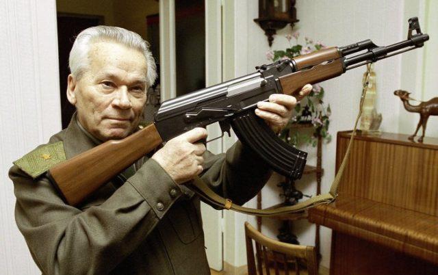 Mikhail Kalashnikov segurando uma AK-47