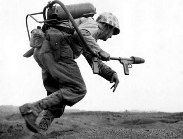 Um Soldado americano carregando um Lança-Chamas durante uma batalha em Iwo Jima