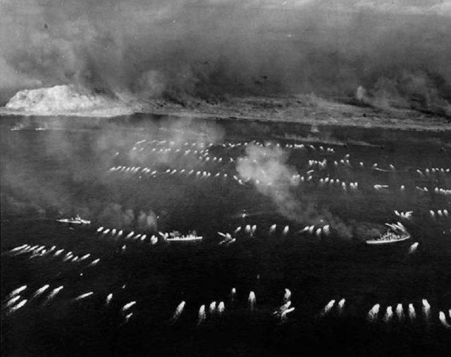Vista aérea da primeira onda de desembarque em Iwo Jima