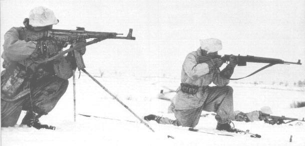 Tropas de Ski alemães usando StG 44 e o G43