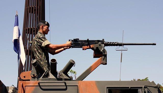 Um soldado com uma Browning M2 colocada sobre o veiculo ASTRO 2020 durante um desfile militar. - Andre Gustavo Stumpf Filho