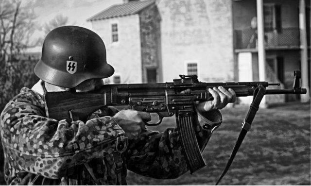 Um soldado alemão com um fuzil StG 44