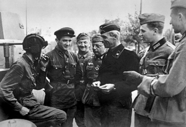 Encontro entre militares soviéticos e alemãs na Polônia ocupada