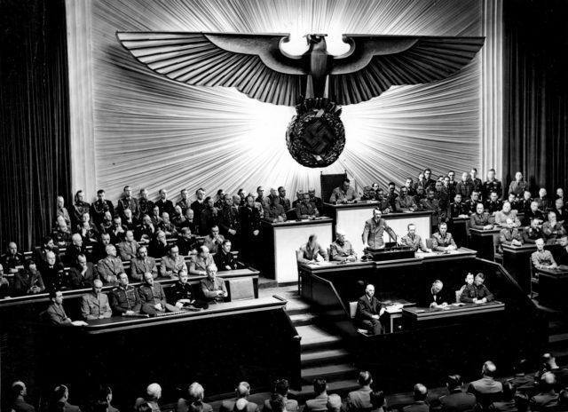 Hitler declarando Guerra