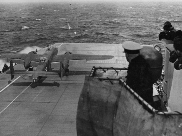 """Um bombardeiro norte-americano B-25B decola do porta-aviões USS Hornet (CV-8) durante o """"Ataque Doolittle""""."""