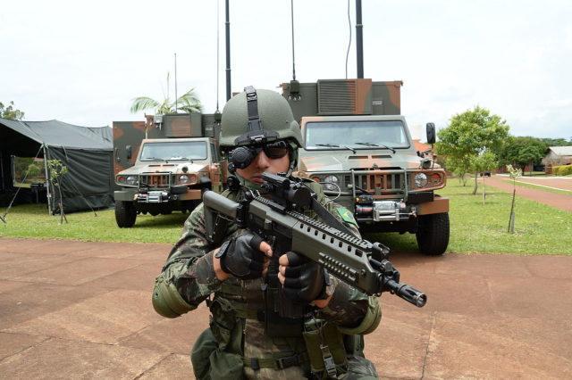 Soldado com um Imbel IA2