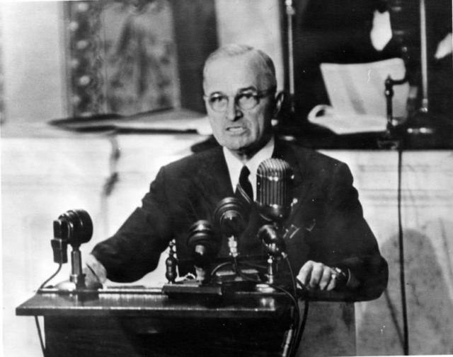 """Presidente Harry S. Truman discursando em uma sessão conjunta do Congresso pedindo US $ 400 milhões em ajuda à Grécia e à Turquia. Este discurso ficou conhecido como o discurso da """"Doutrina Truman"""" (12 de Março de 1947)"""