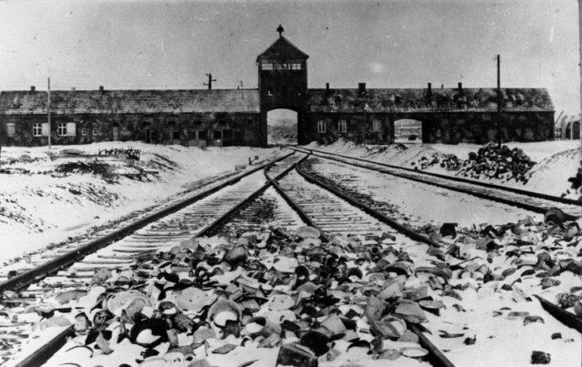 Entrada de Auschwitz, por volta de 1945.