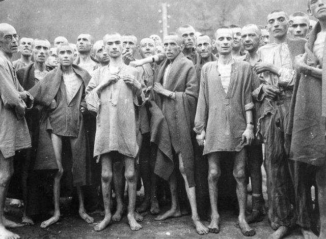 Prisioneiros famintos, quase mortos de desnutrição, posam para uma foto no campo de concentração em Ebensee