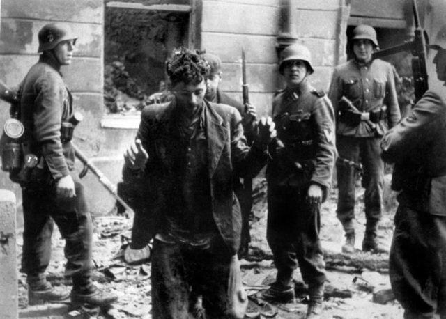 Soldados alemães prendem um judeu