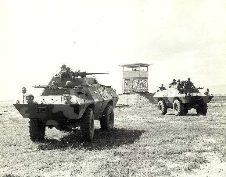 Dois Cadillac Gage Commando V-100 (XM-706E2) da Polícia de Segurança da USAF em patrulha, por volta de 1968.