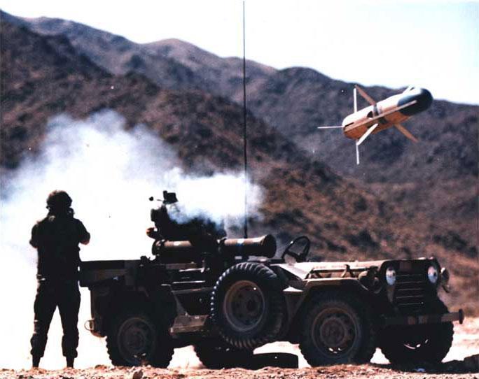 Míssil TOW sendo disparado de M151A2